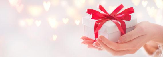 Mains contenant un Coffret cadeau